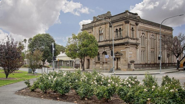 'Bad dream' as North Adelaide's most famous building fails to sell